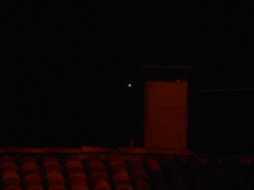 une lueur à coté d'une cheminée, le soir.